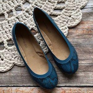 Bandolino Faux Blue Snakeskin Flats size 8 Med